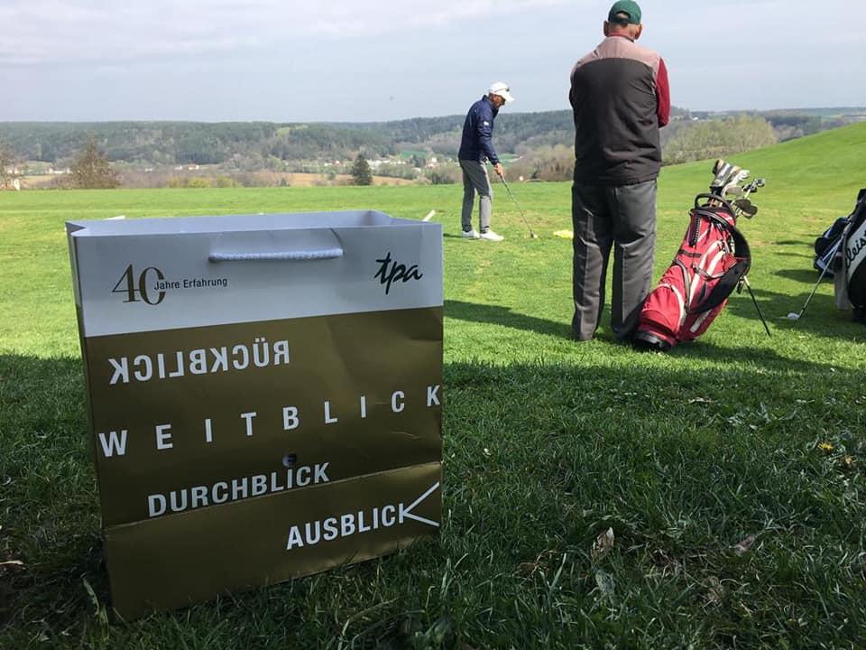 Das TPA 40 Jahre-Jubiläums- Sackerl beim Golf Challenge mit Markus Brier am CFO Forum