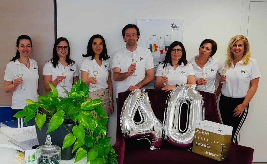 Wenn die Firma gut floriert Mitarbeiter motiviert Fleiß gebührend honoriert viele Jahre existiert deren Zahl sich rund summiert, wird ihr gerne gratuliert ! Die TPA Hermagor gratuliert zum 40. Firmenjubiläum recht herzlich !