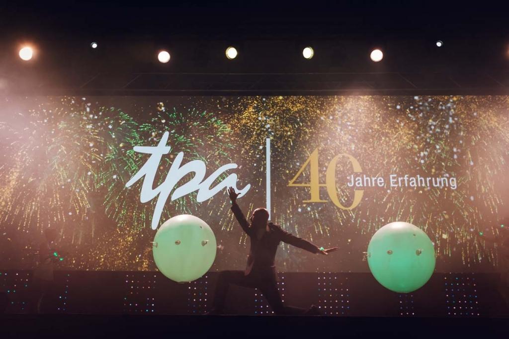 40 Jahre Erfahrung - TPA Steuerberatung Jubiläumsfeier in Wien mit Luftballon, Confetti und Tänzer!